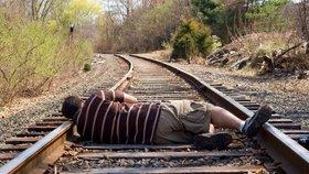 Opilý mladík (20) chtěl zemřít na kolejích: Zastavil kvůli tomu dva vlaky