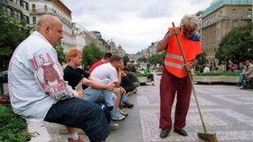 Tisíce nezaměstnaných se děsí léta. Stát jim vezme až 1200 korun z dávek