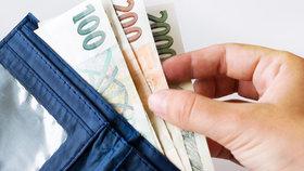 Osudový omyl: Muž (29) položil tašku s penězi do cizího auta, to odjelo a jemu nezbylo nic