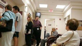 Zrušené poplatky opět zaplnily čekárny lékařů. Pojišťovny platí navíc miliardy