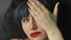 Alena Kupčíková: Umělkyně vytváří obrazy vagin z chloupků ohanbí