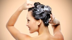 Konec suchým vlasům! Velký test šamponů, které jim vrátí život