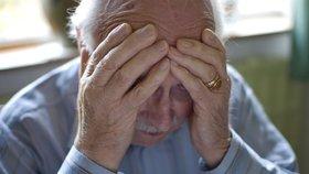 Lupiči přepadli seniora (77) a rozbili mu naslouchátko: Policisté hledají svědkyni, která mu pomohla