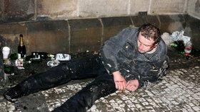 Opilec nadýchal 5,38 promile: Našli ho bezvládně ležet na lavičce, kde zapadával sněhem
