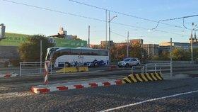 """""""Řidiči, zpomalte."""" Na magistrále v Praze roste zastávka MHD i semafory"""