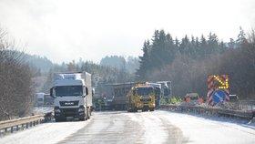 Česko zasypal sníh: Desítky nehod, uzavřené silnice a cestáři v pohotovosti
