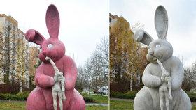 Unikátní socha v Plzni: Králík požírající pana Mrkvičku zrůžověl!