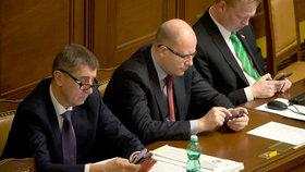 Premiér a 16 ministrů napsali Blesku SMS o 16 slovech: Co očekávají od roku 2016?