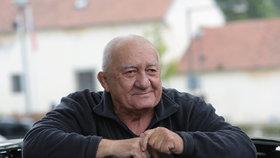 Zdeněk Srstka (81) se stárnutí nebojí: Cvičí, i když chodí o holi