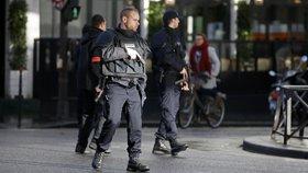 Francouzi se před volbami bojí útoku. Chytili dva teroristy, povolali armádu