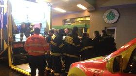 Záchrana XXL pacientky (220 kg) v Praze: Do speciální sanitky ji neslo 11 chlapů. Cestou ji oživovali