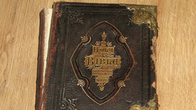 """""""Prokletá"""" Bible v dražbě na webu. Na její majitelku prý útočili duchové"""