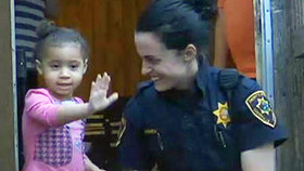 Pomoc, nemohu si obléct kalhoty! Malá holčička (2) zalarmovala policii. Nemohla se dostat do nohavice...