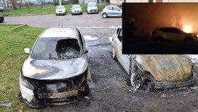 Plameny sežehly v Pardubicích dvě auta, možná je někdo zapálil
