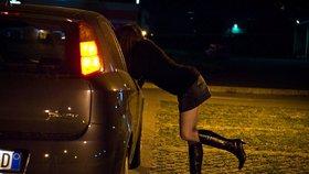 """Obce nahání prostitutky kvůli reflexním páskům. """"Zaveďte pro ně raději zóny,"""" zlobí se neziskovka"""