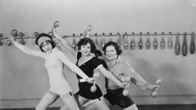 100 let sportovní módy: Dříve v sukni, dnes v barevných legínách!
