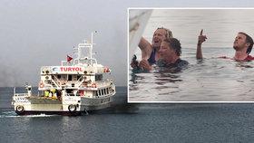 Aktivisté chtěli zastavit deportaci migrantů. Vrhli se do moře