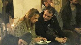 Tvoje tvář má velký hlad! Ivana Chýlková hltala jídlo z talíře na koleni!
