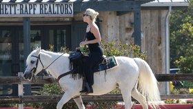 Lady Gaga jede městem na bílém oři: Ztratila klíče od auta?