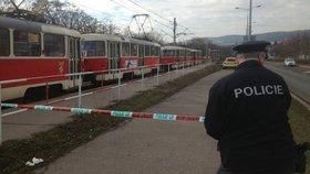 Fanoušci napadli v pražské tramvaji Afričana. Cestující mu odmítli pomoct
