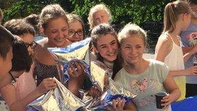 Havárie vody na Vinohradech: Do nácviku se zapojili i žáci, nosili sáčky s vodou