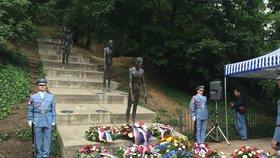 Na Újezdě politici položili věnce: Uctili památku obětí komunismu
