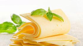 Poptávka po mléčných výrobcích? Jeden kradené sýry schoval do trenek, druhý obral o mléko mateřinky