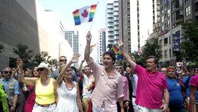 Duhový průvod i pláč pro Orlando: Za práva homosexuálů demonstroval milion lidí