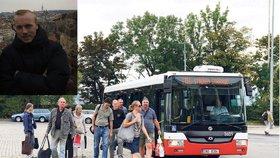 Past na nervózní turisty i Čechy: Autobus, který má jet na letiště, tam nejezdí