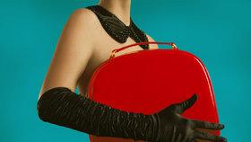 100 let módy: Podívejte se na kabelky našich maminek a babiček! Co v nich nosily?