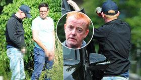 Ostuda exmoderátora Top Gearu: Chris Evans u cesty jednou rukou močil, druhou pil!