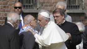 Papež v Osvětimi: Políbil přeživší a poslouchal židovskou modlitbu