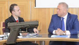 """""""Kdo chce zbraň, ať ji má."""" Chovanec není proti ozbrojování, sám střílí 12 let"""