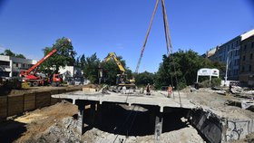 Dělníci v Korunovační rozřezávají most: Rekonstrukce pražské tepny pokračuje