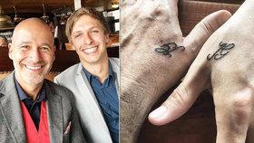 Honza Musil (48) ukázal stejné tetování a prsten jako jeho zajíček Jakub (26)