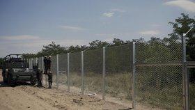 Maďaři proti nelegálním migrantům přitvrdili. Na hranicí zdvojí oplocení