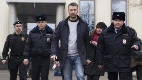 Putinův kritik je venku z vězení. Navalnyj si odpykal trest za demonstraci