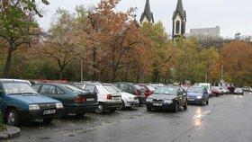 Na Karlínském náměstí budou zadarmo parkovat jen místní. Ostatní si zaplatí