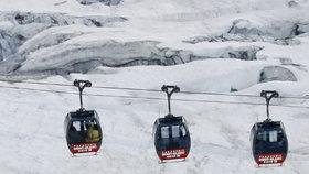 Drama na Štědrý den: V lanovce v Alpách uvízlo na několik hodin 150 lyžařů