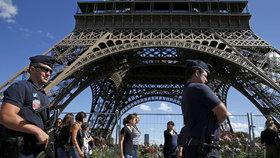 Policisté evakuovali kvůli podezřelému muži Eiffelovu věž. Část turistů byla uvězněna ve výtazích