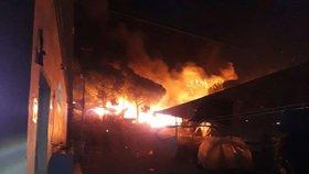 Ubytovnu pro uprchlíky spolkly plameny. Požár zranil desítky lidí