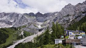Čech uvázl v horách: Za bouřky nocoval ve 2600 metrech, musel pro něj vrtulník