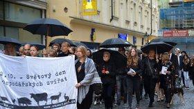 """Aktivisté uctili památku masných zvířat: """"Kráva není míň než pes"""""""