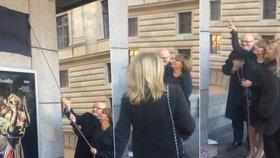 To se nepovedlo! Ceduli »náměstí Václava Havla« slavnostně odhalili bez Havlové. Kde byla?