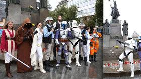 """Hvězdné války """"pod koněm"""" v Praze. Fanoušci v kostýmech podpořili čtení knih"""