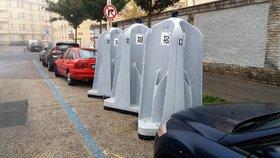 Na Letné mezi auty parkují »pisoáry«: Poslouží fotbalovým fanouškům