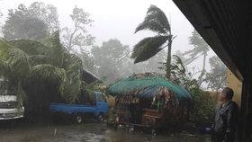 Místo Vánoc obří evakuace statisíců lidí: Na Filipíny se řítí tajfun