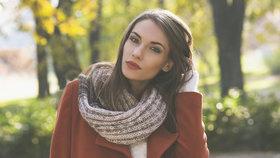 Šátky a šály, které vás zahřejí: V módě jsou kostka a třásně!