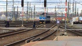 2 chodci za minutu riskují na hlavním nádraží život. Zkracují si cestu přes koleje