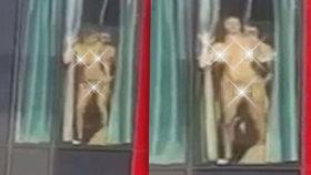 Oklátil ji o sklo! Nahou souložící dvojici natočili při sexu v okně